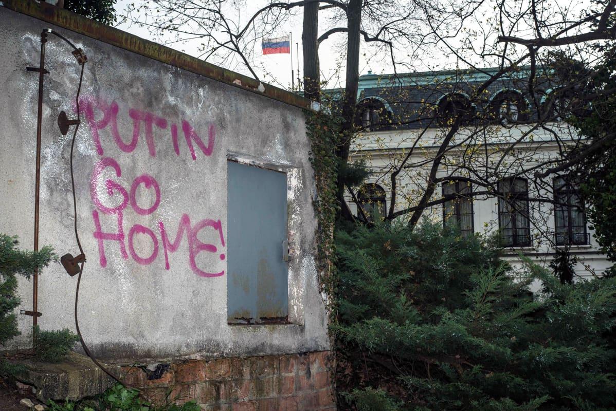 """""""Putin go home"""" seinäkirjoitus lähellä Venäjän suurlähetystöä Prahassa."""