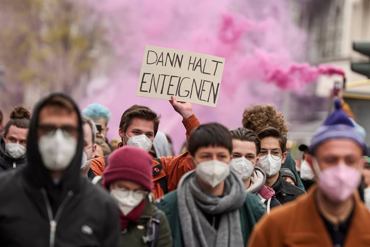 Mielenosoittajat osoittavat mieltä gentrifikaatiota vastaan Berliinissä.