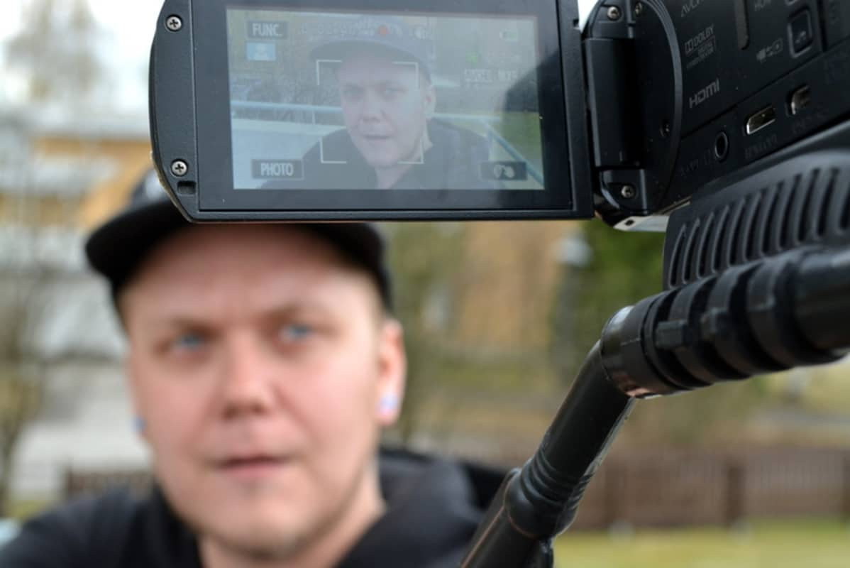 Pottukoira-nimimerkillä Youtubessa videoblogia pitävä mies kuvaa itseään.