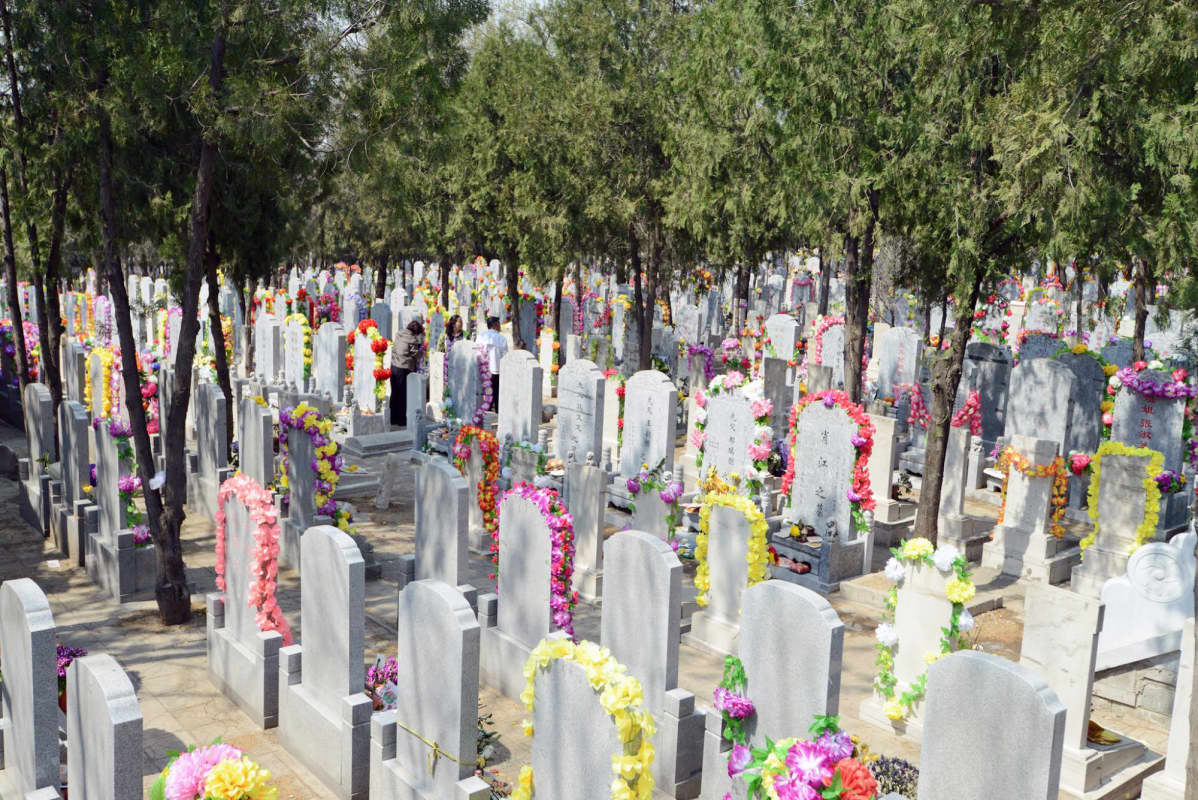 Hautojenlakaisupäivänä kiinalaiset hautausmaat ovat kauneimmillaan.