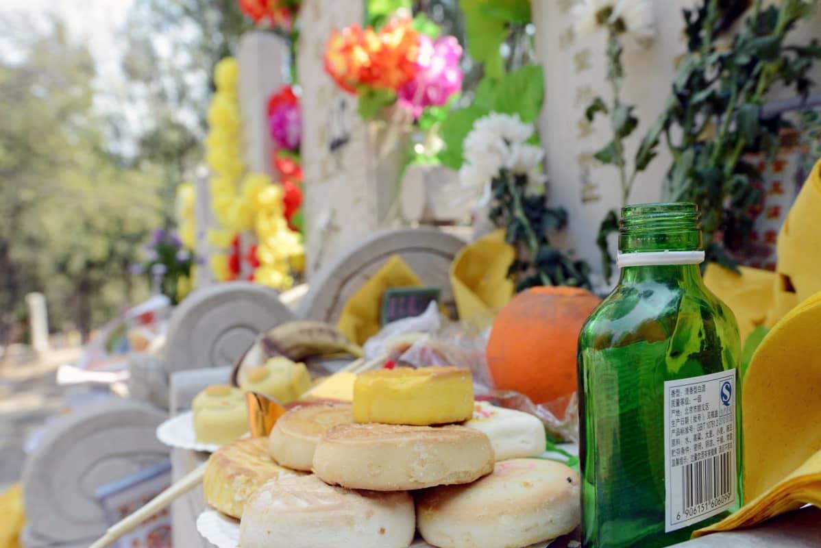 Vainajille maistuu myös valmiiksi aukaistu viinapullo, näin ajatellaan.