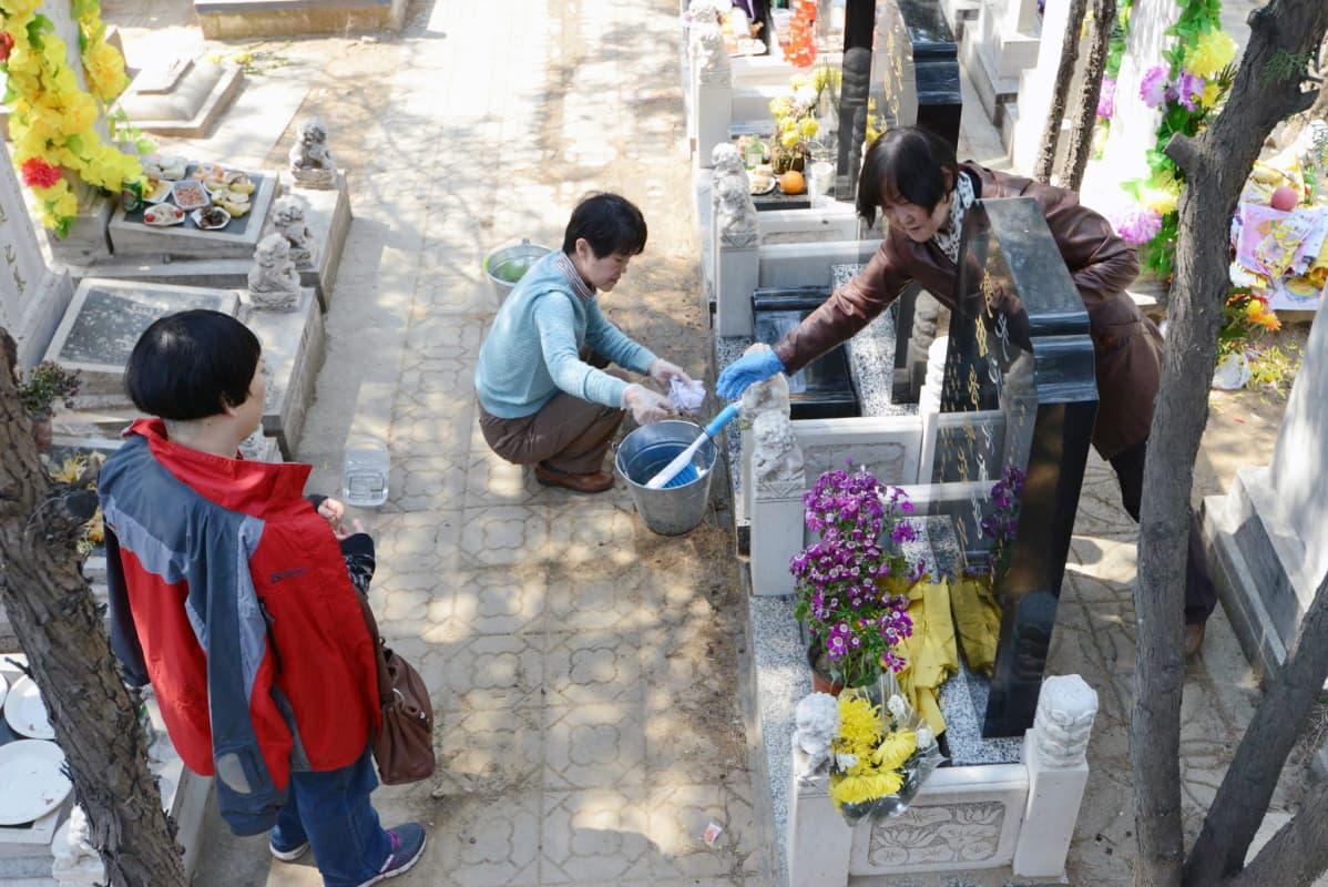 Hautojenlakaisupäivänä esi-isien haudat pestään puhtaiksi vuoden aikana kertyneestä liasta.