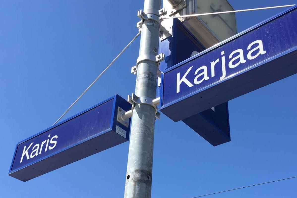 Karjaa sijaitsee Turun ja Helsingin välisen rantaradan puolivälissä.