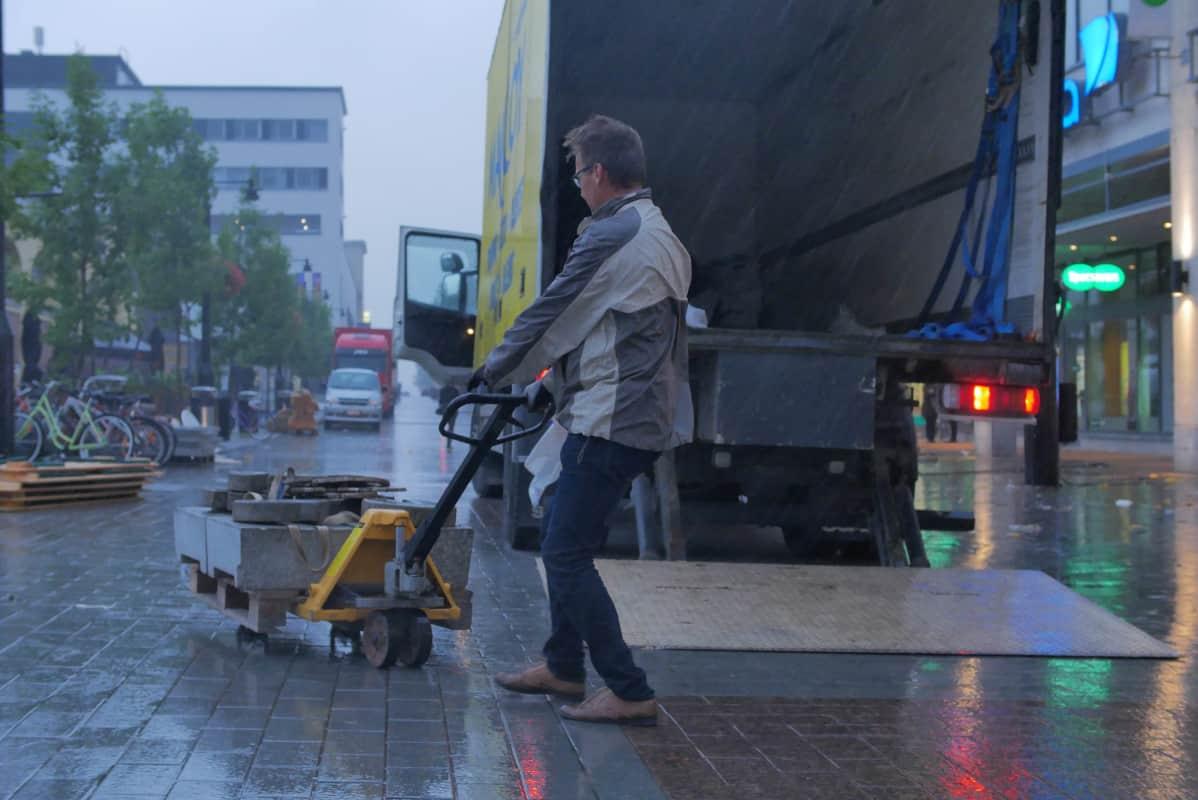 Satoa-festivaalia puretaan Kuopion keskustassa Rauli-myrskyn vuoksi.