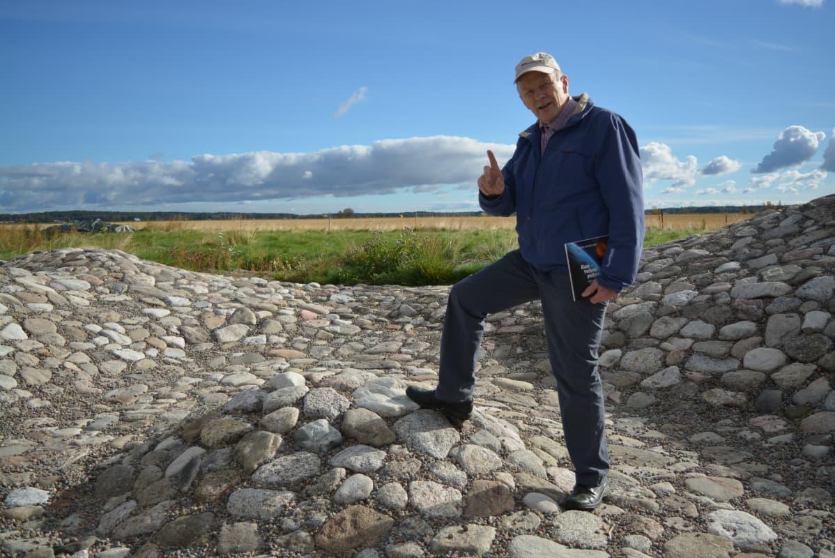 Kirjailija Matts Andersén keskellä Söderfjärdenin meteoriittikraatterin pienoismallia.