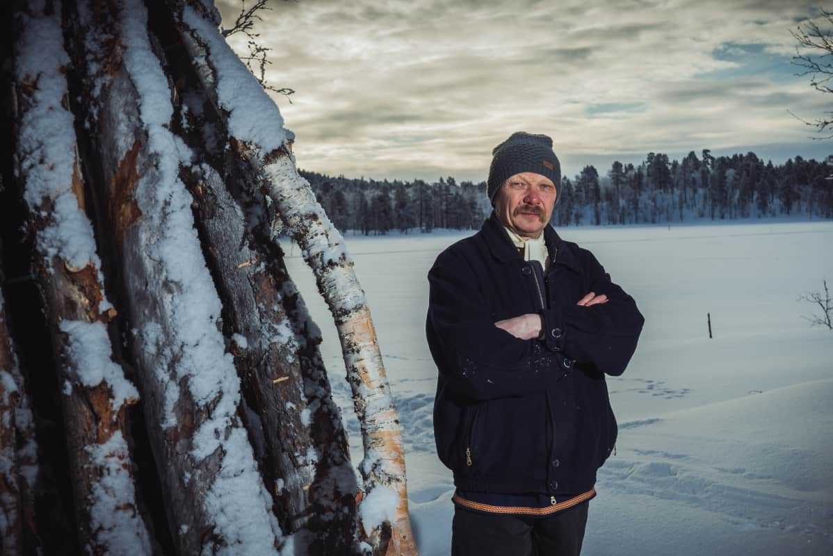 Kolttasaamelainen Pekka Fofonoff kotonaan Nitsijärvellä.