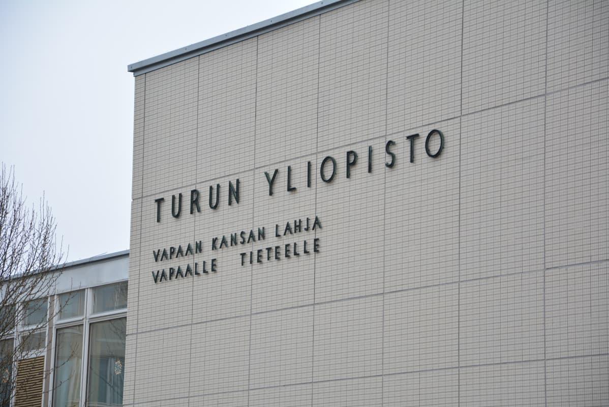 Turun yliopiston hallintorakennus ulkoa kuvattuna.