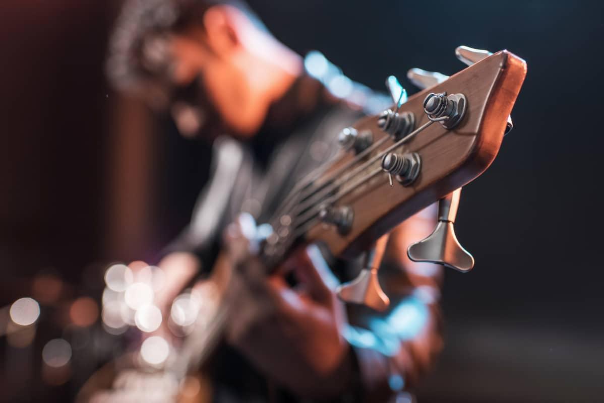 Man spelar basgitarr