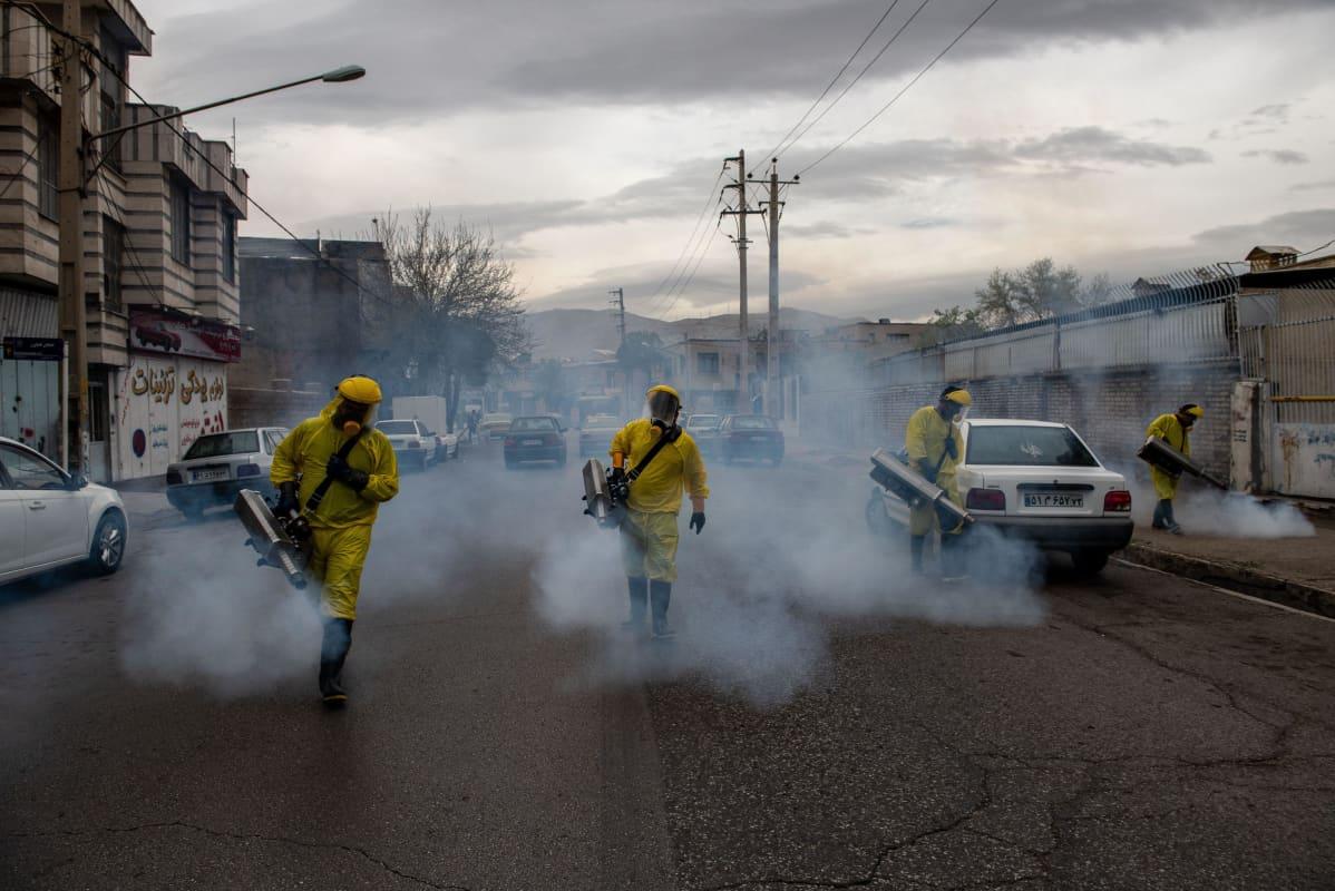 työntekijät desinfioivat katuja Iranissa maaliskuussa 2020