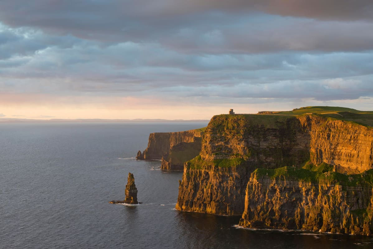 Irlannin suosituin nähtävyys Cliffs of Moher ikuistettuna auringonlaskussa.