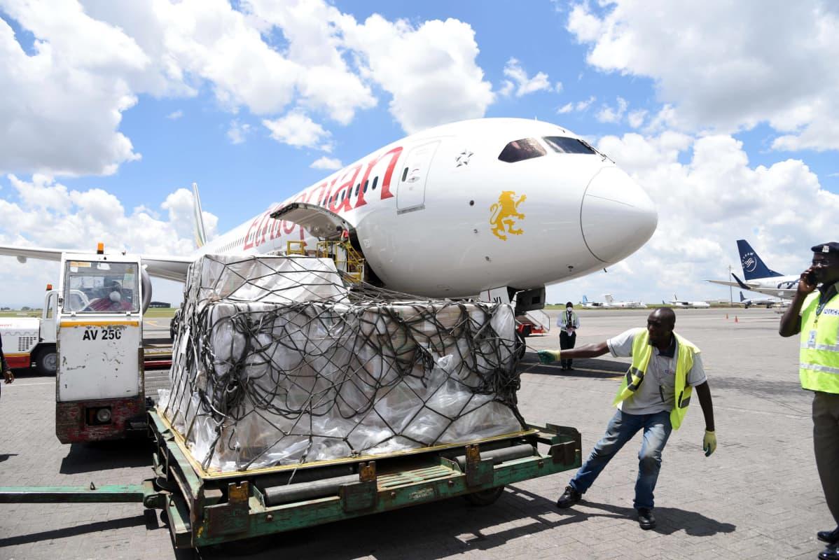 Työntekijä siirtää lahjoituksena saatuja lääketieteellisiä tarvikkeita Jomo Kenyattan kansainvälisellä lentoasemalla Nairobissa Keniassa 7. huhtikuuta 2020.