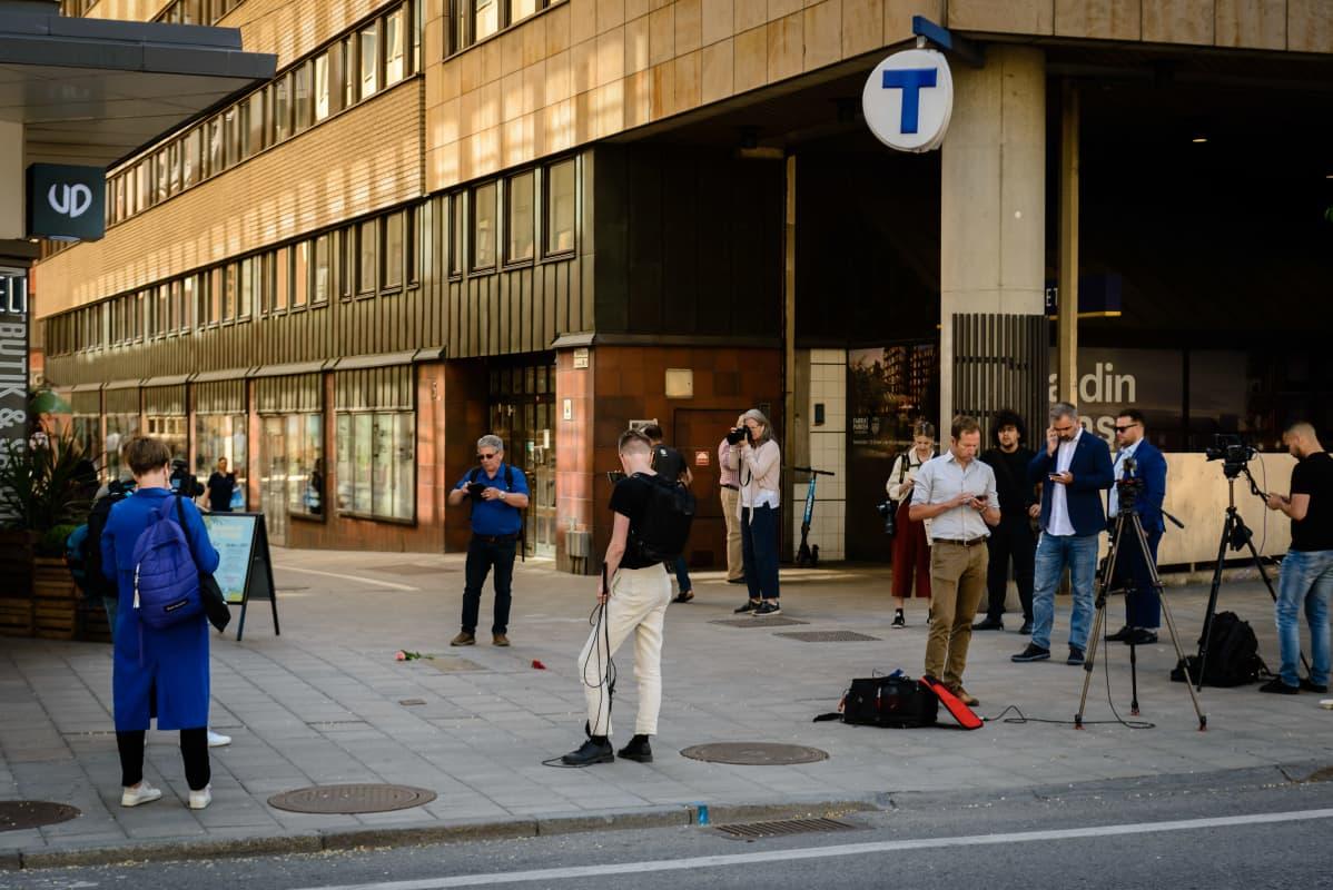 Olof Palmen murhapaikalle kokoontuneita toimittajia ja kuvaajia.