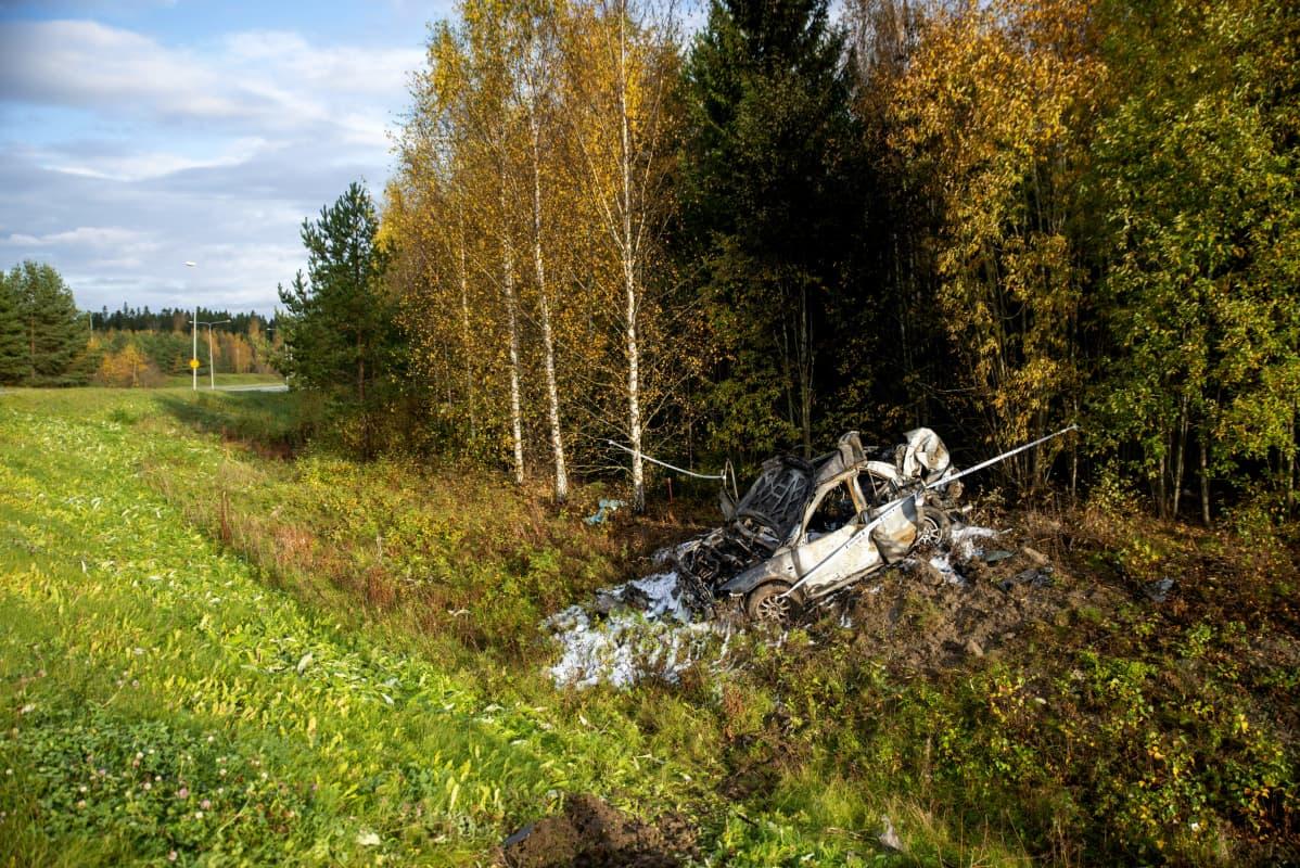 Onnettomuusauto on tuhoutunut ulosajossa ja tulipalossa.