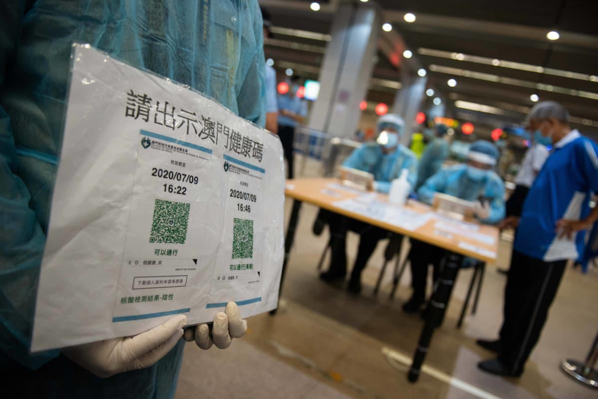 Macaossa Kiinassa viranomaiset muistuttivat QR-koodin esittämisestä alueelle tultaessa 29. syyskuuta 2020. Kiinassa lokakuun alku on vilkas matkailuaika, sillä kansalaiset saavat kansallispäivän kunniaksi yli viikon mittaisen loman.