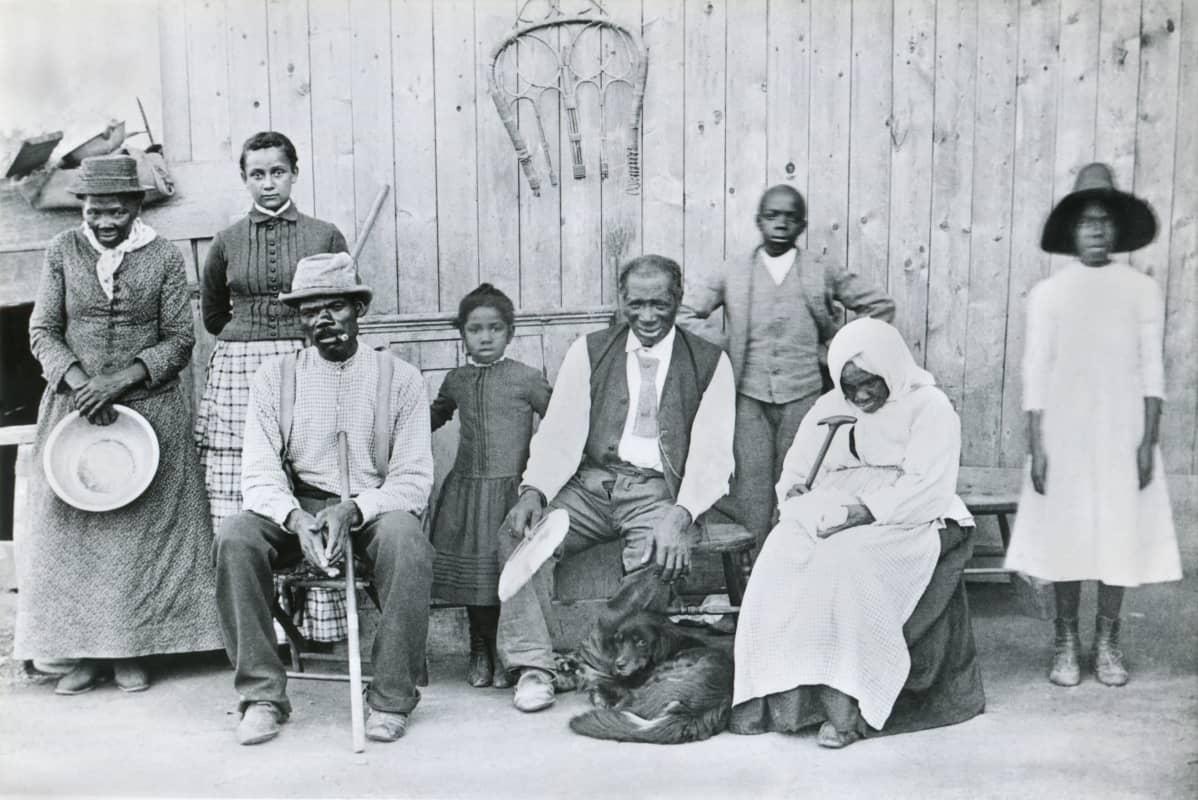 Mustavalkoinen sukuvalokuva. Harriet Tubman seisoo kuvan vasemmassa laidassa.