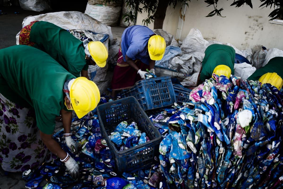 Banyan Nationin työntekijät keräävät jätemuovia kierrätykseen.