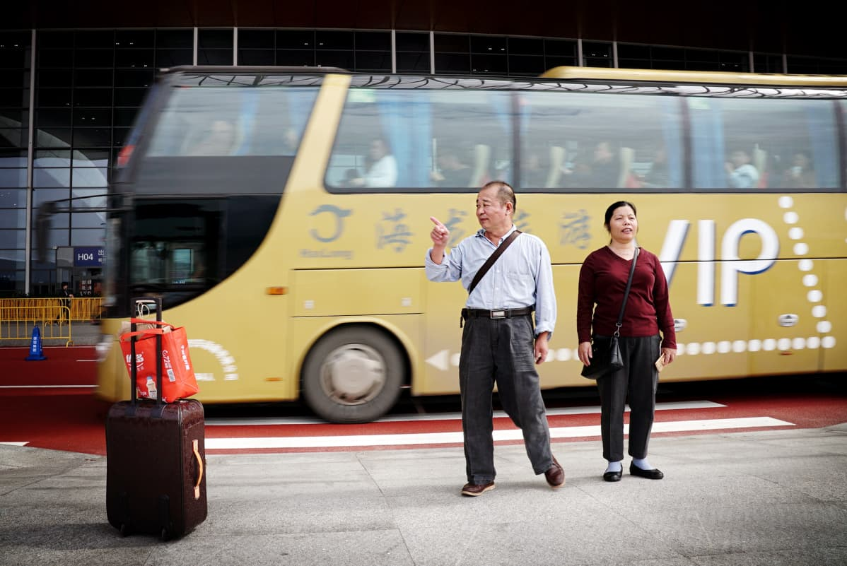 Eläkeläisiä bussin edustalla.