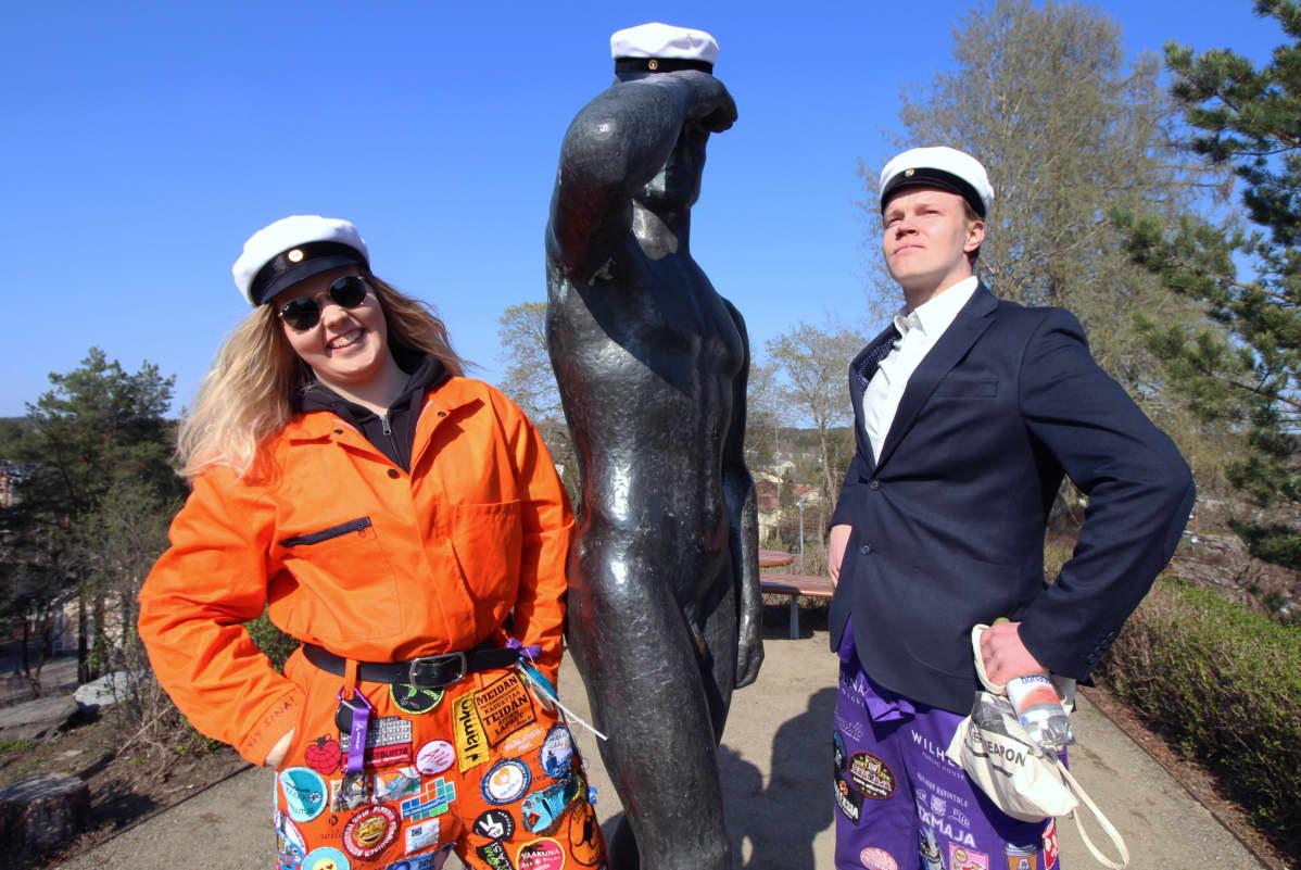 Kaksii XAMK:n opiskelijaa poseeraavat lakitetun Vaeltaja-patsaan äärellä Mikkelissä vappuaattona 2019.