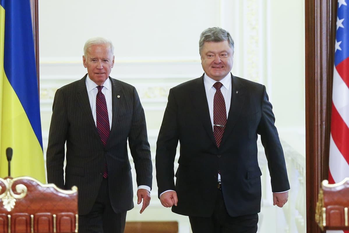 Ukrainan presidentti Petro Porošenko ja Yhdysvaltain varapresidentti Joe Biden Kiovassa 2017.