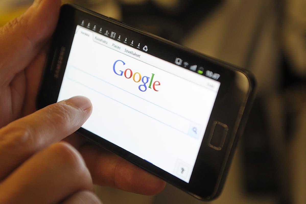 Googlen hakukone puhelimessa.