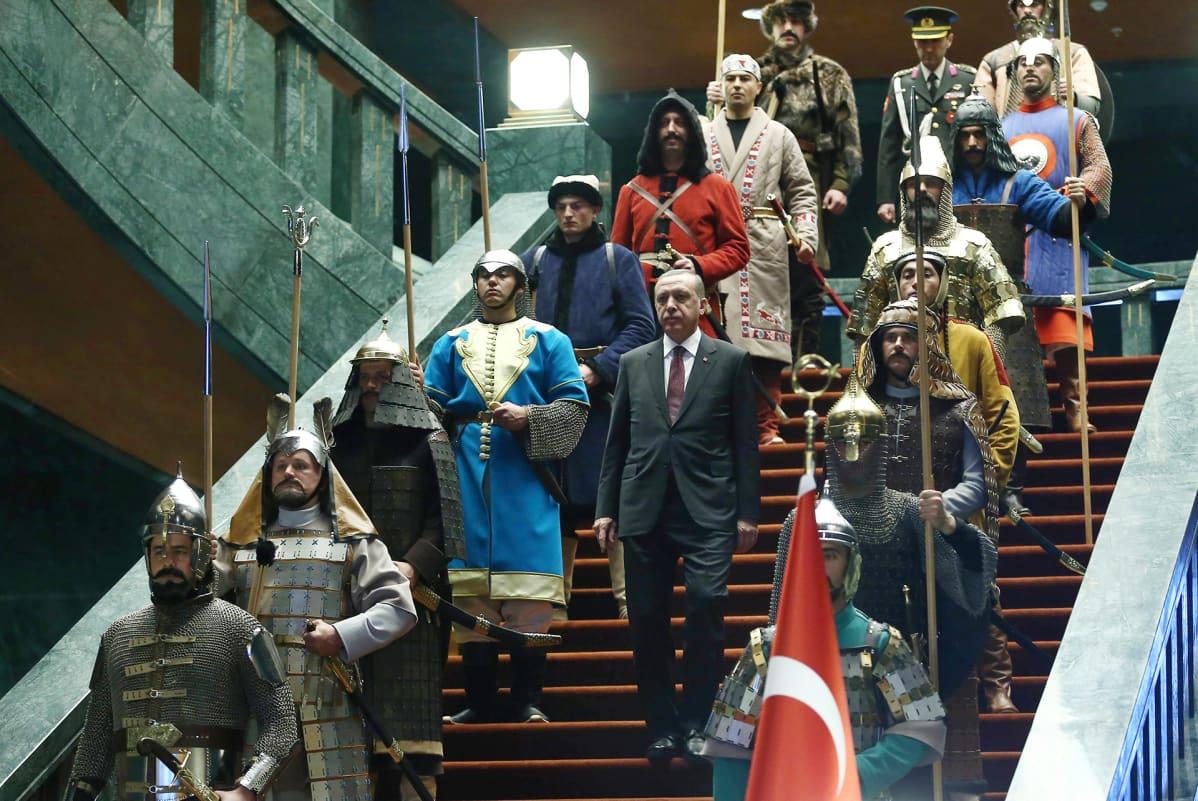 Presidentti Recep Tayyip Erdoğan esiintyi presidentinpalatsissa historiallisiin sotilasasuihin pukeutuneen kunniavartioston keskellä. Kuva tammikuulta 2015.