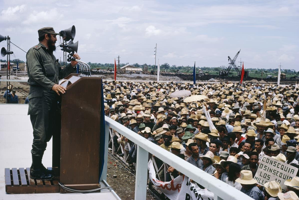 Fidel Castro pitää puhetta.