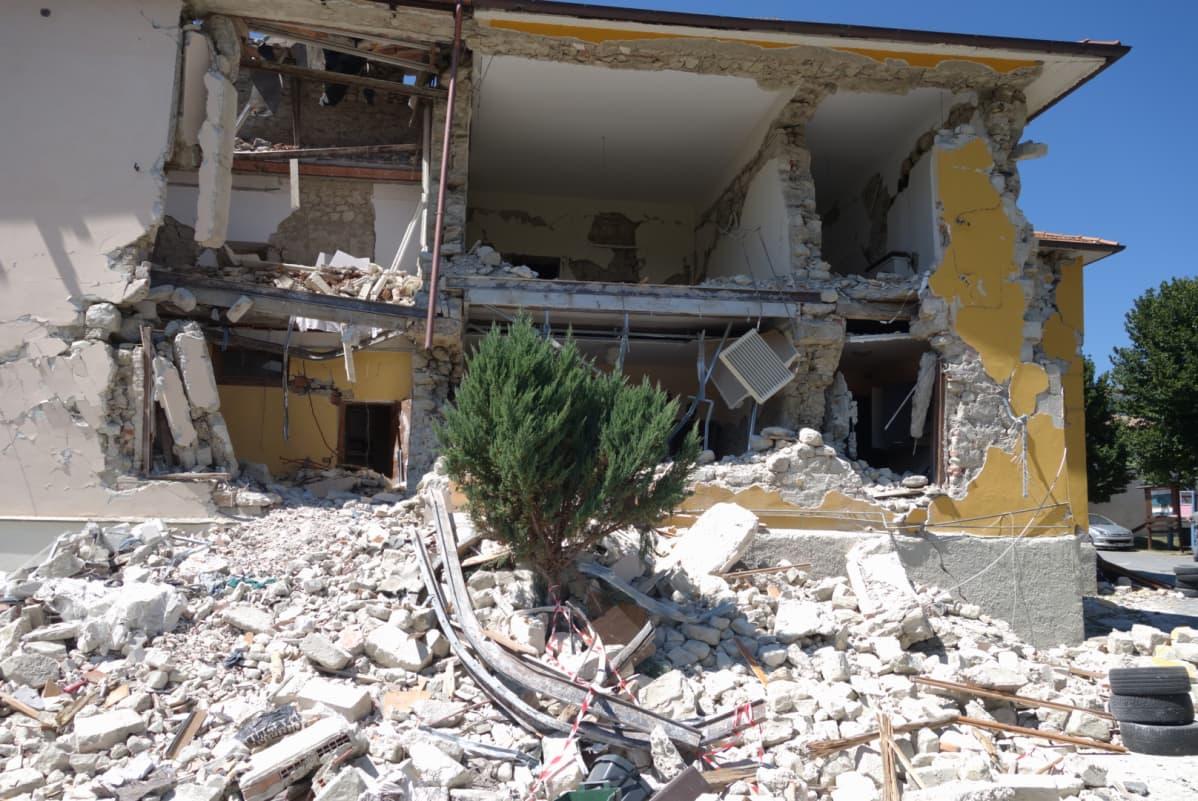 Osittain romahtanut rakennus.