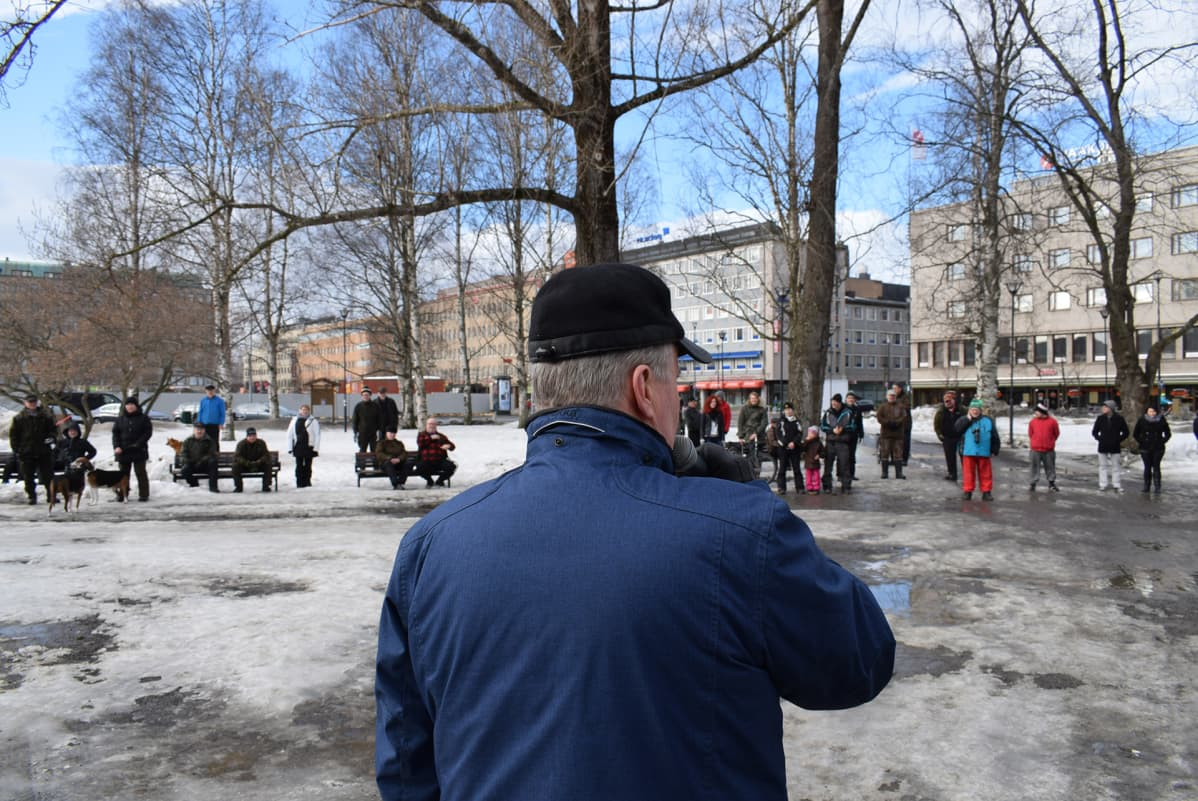 Susikapinamarssin osallistujille puhui myös kansanedustaja Hannu Hoskonen (kesk).