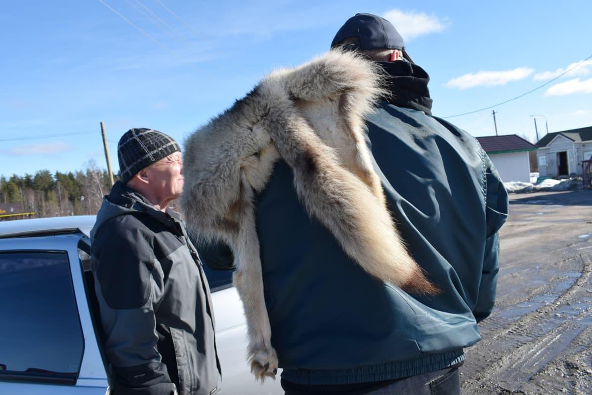 Sulo Suhonen sai venäläisen palkkionmetsästäjän Vladimir Belovin takakontista sudennahan olkapäälleen.