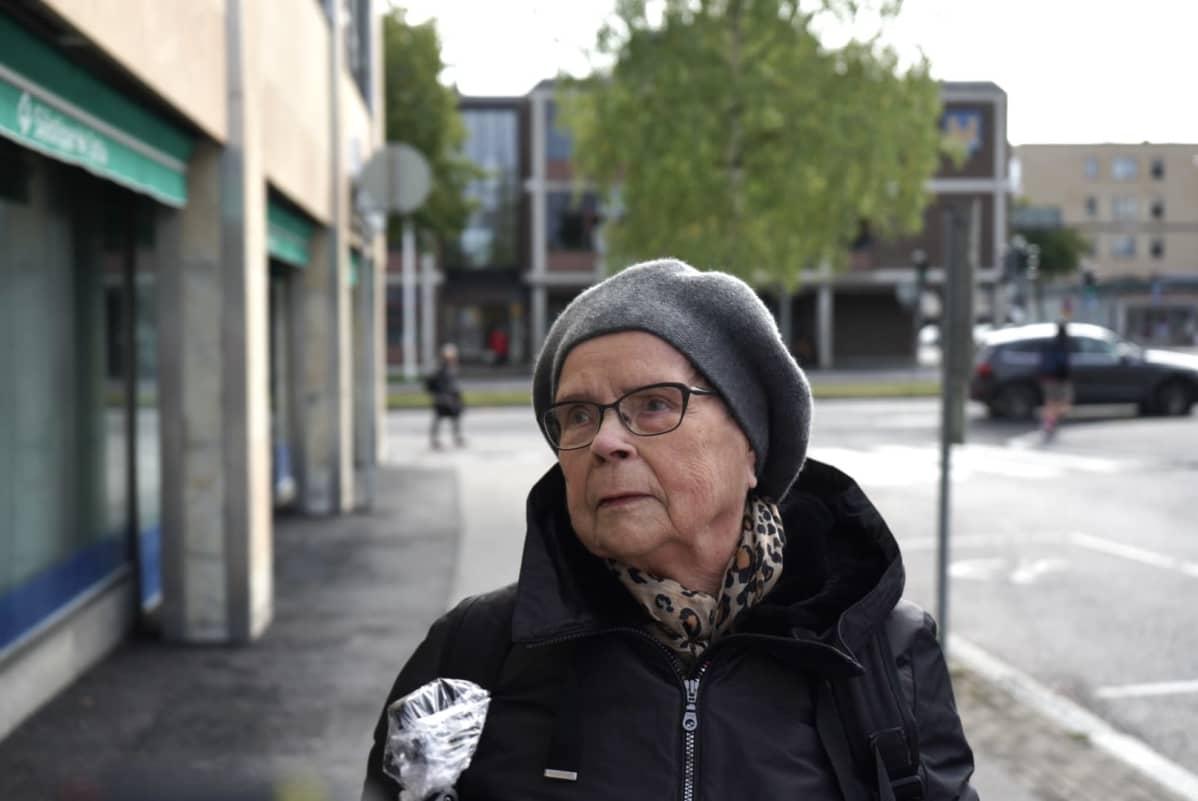 Tyyne Valtanen vastaa galluppiin Kajaanissa.
