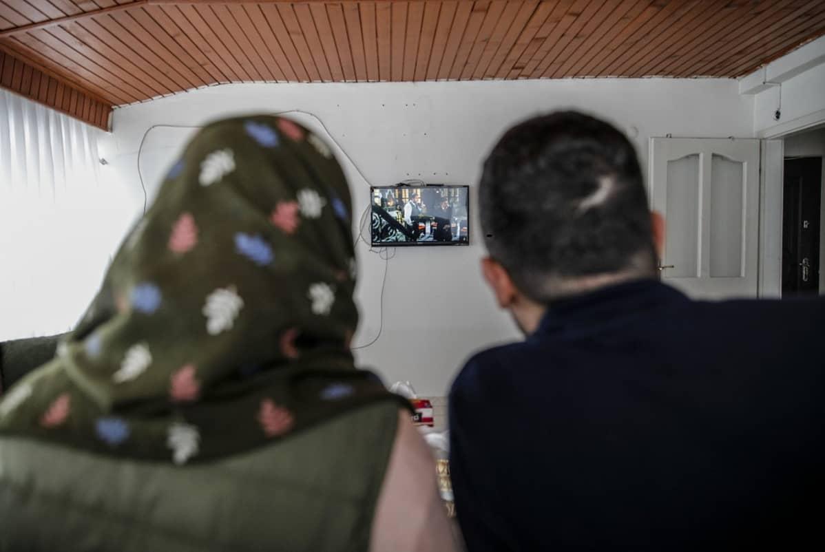 Kihlapari Raja, 21 ja Abdulla, 26, selvittelevät kuinka päästä Eurooppaan.