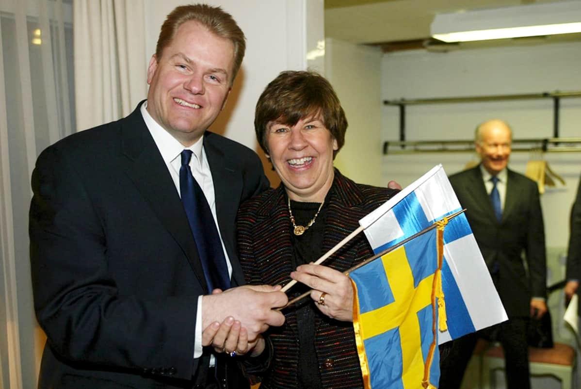 Soneran Harri Koponen ja Telian Marianne Nivert minilippujen kanssa.