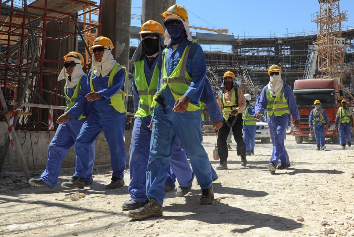 Ulkomaisia rakennustyöntekijöitä poistui työmaalta Dohassa marraskuussa 2013.