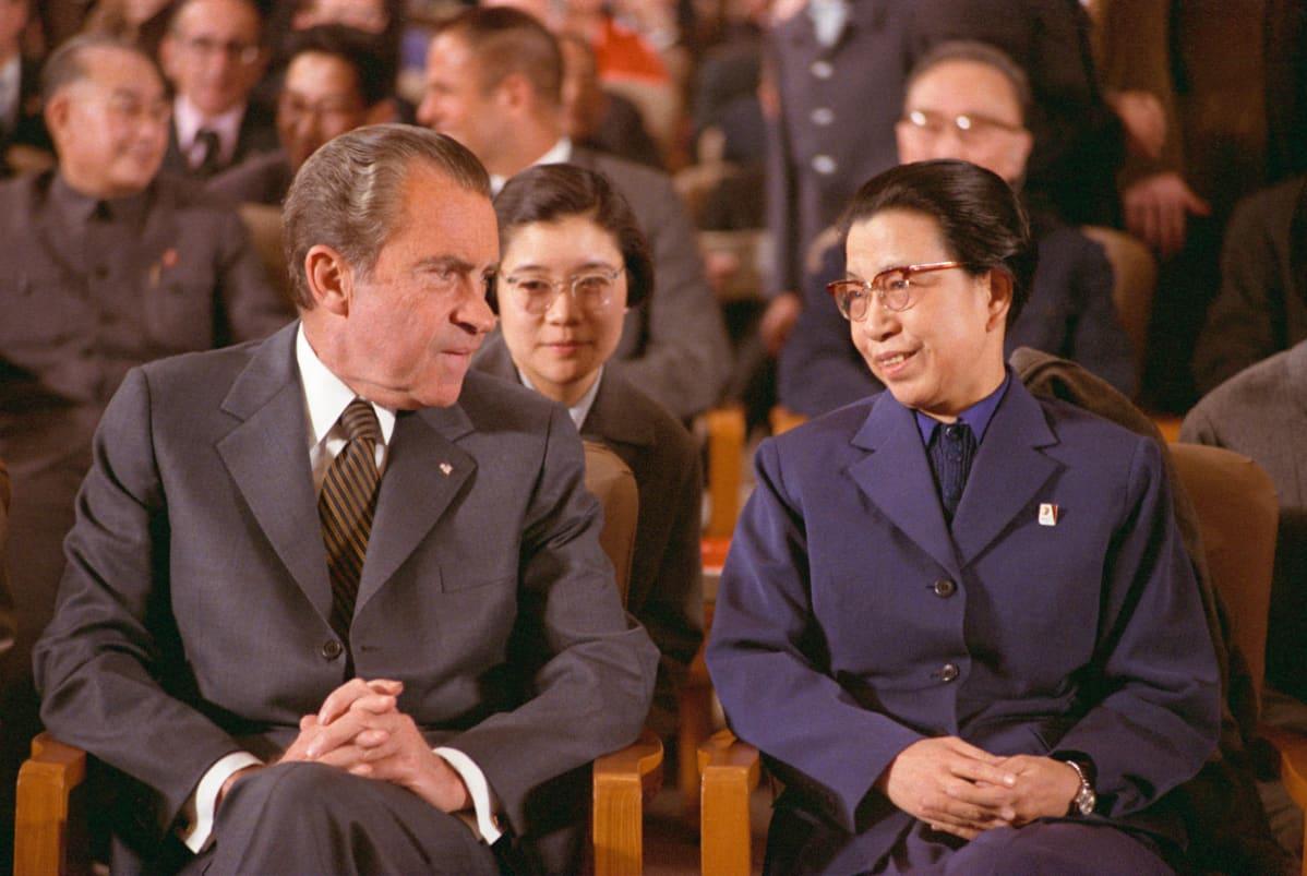 Yhdysvaltain presidentti Richard Nixon oopperassa. Maon vaimo Jiang Qingin kanssa valtiovierailulla vuonna 1972. Vaikutusvaltainen Jiang sai myöhemmin ehdollisen kuolemantuomion kulttuurivallankumouksen tapahtumien takia.