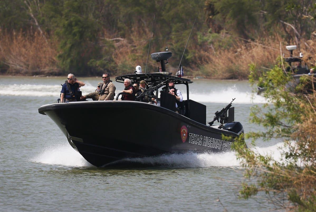 Republikaanisenaattorit Ted Cruz ja Lindsey Graham Rio Grandella partioivan DPS:n (Texas Department of Public Safety) veneen kyydissä.