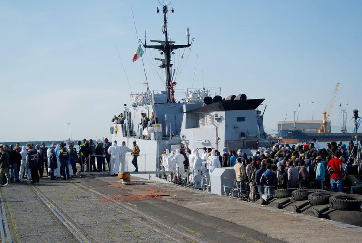 Siirtolaisia saapuu Catanian satamaan Sisiliassa.