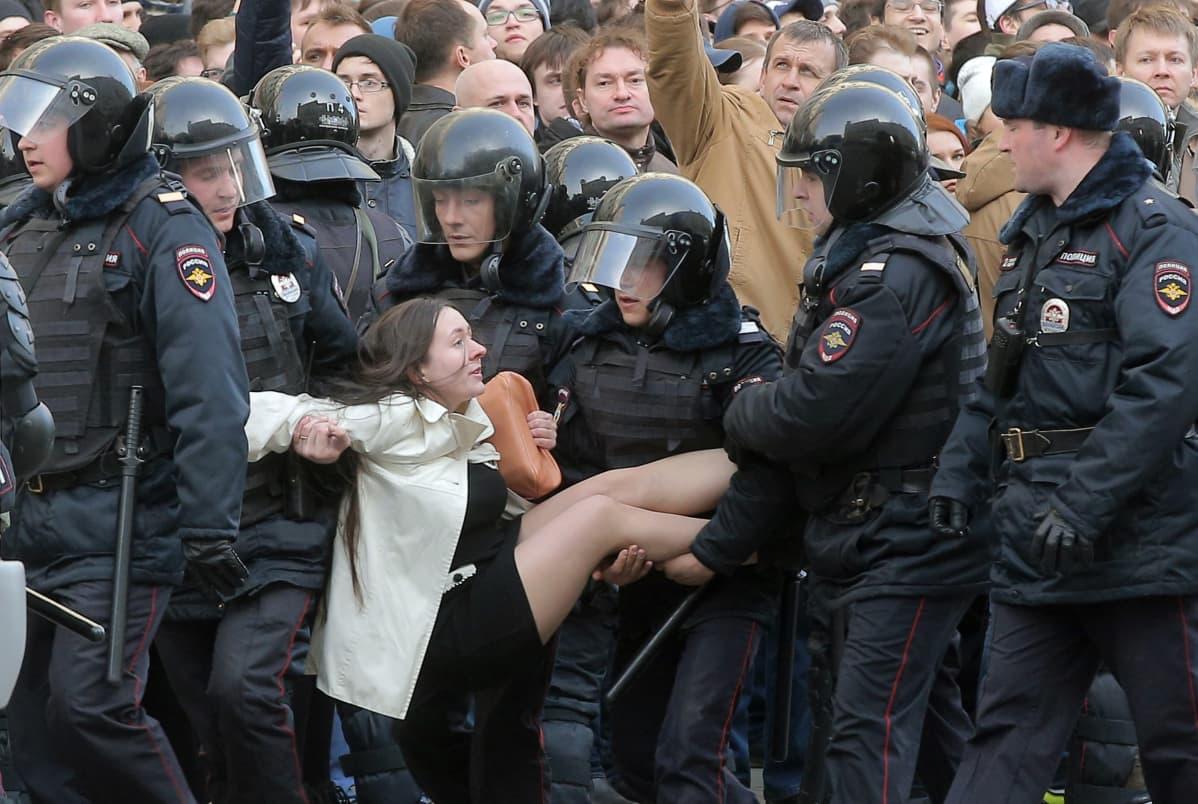 Poliisi otti kiinni naisen sunnuntaina Moskovassa. Olga Lozina kertoi uutissivusto Meduzalle, että hän oli kävelyllä äitinsä ja sisarensa kanssa, kun poliisit ottivat heidät kiinni mielenosoittajina.