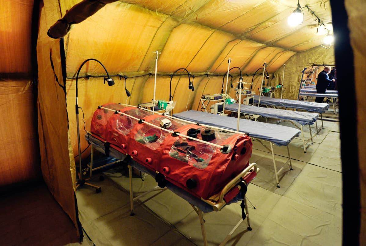 Siirrettävä happiteltta siirrettävässä telttasairaalassa Muurmanskissa Venäjällä.