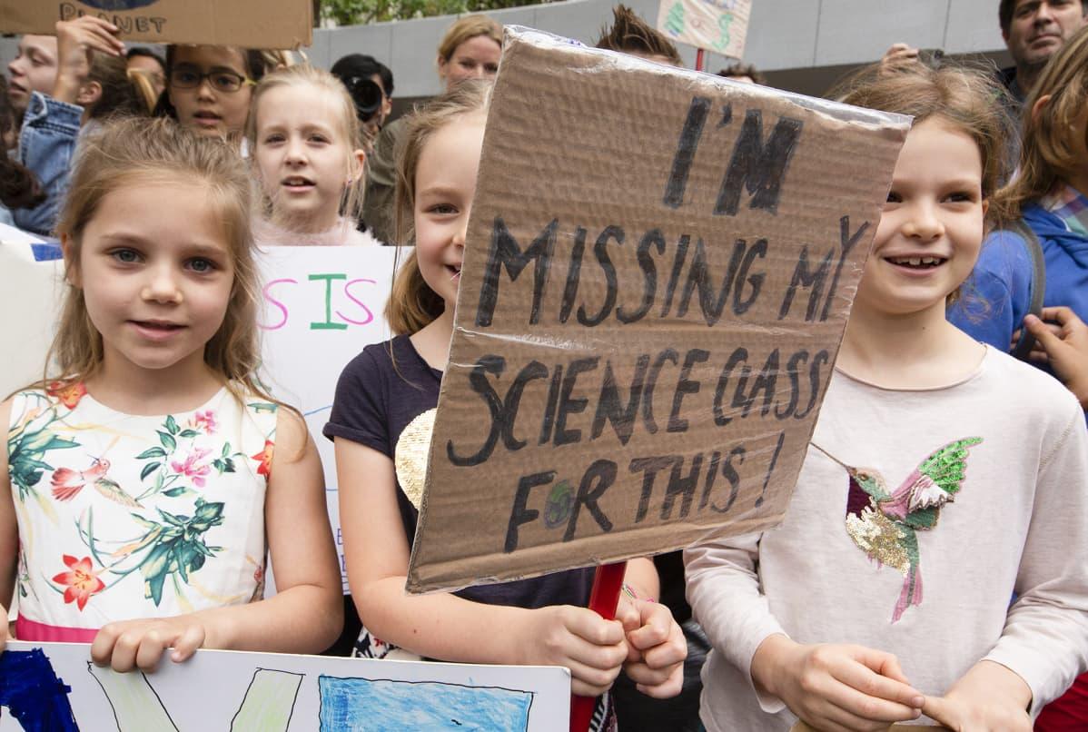 Lapsia mielenosoituksessa.