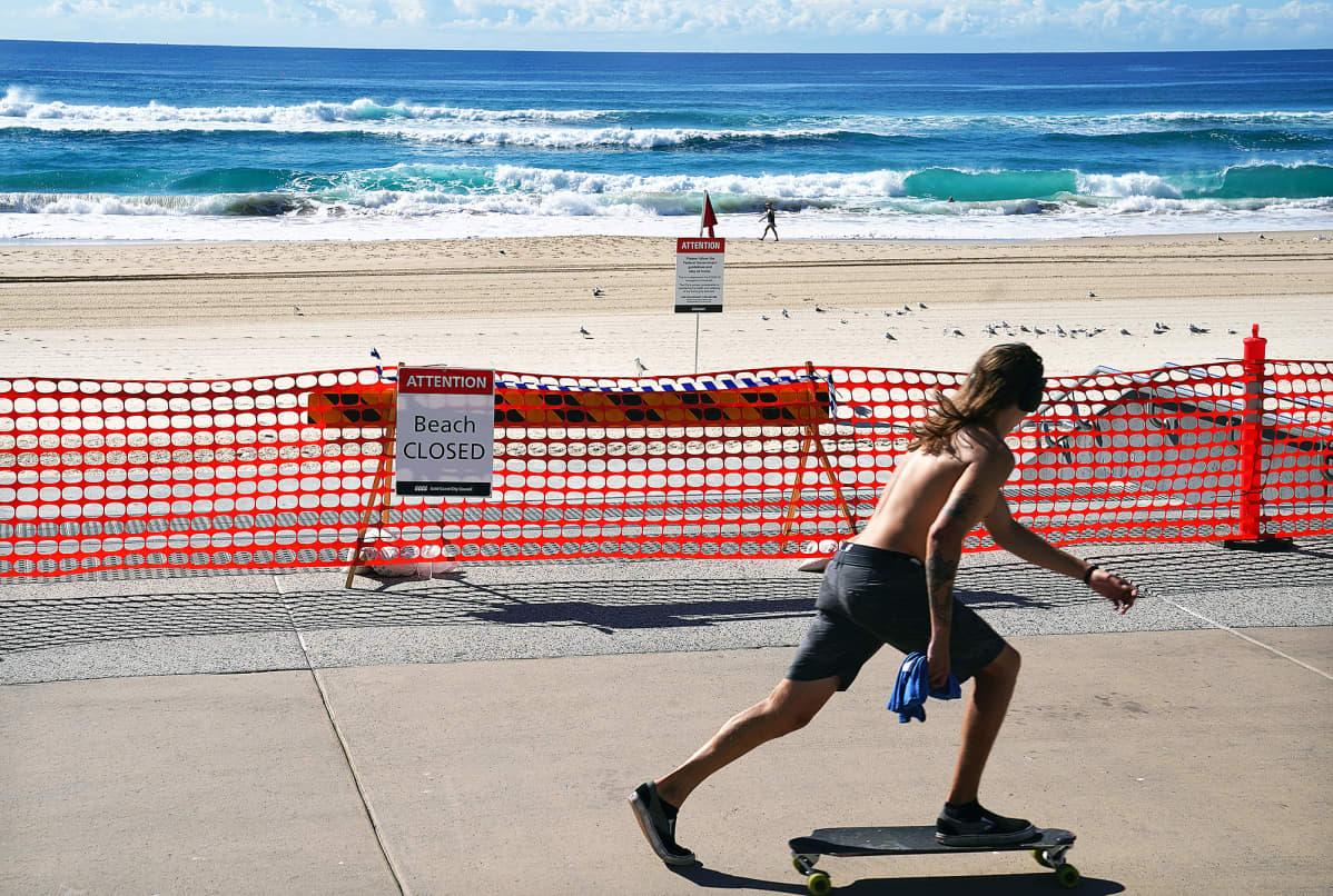 Skeittari ohittaa aution uimarannan Australiassa.