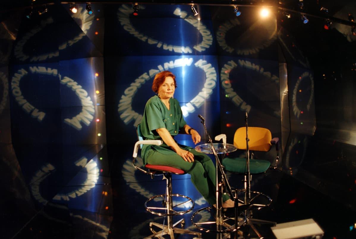 Toimitussihteeri Helena Itkonen Ensio Suomisen lavastuksessa 1993. Itkonen tuotti ja toimitti myöhemmin keskusteluohjelmaa Inhimillinen tekijä.