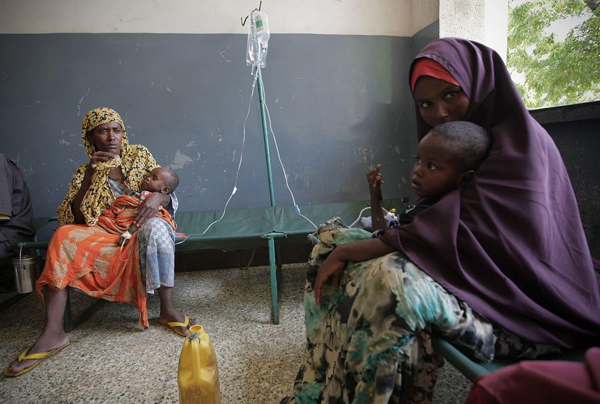Kaksi lasta saa suonensisäisesti nesteytystä lievittämään nestehukan oireita Banadirin sairaalassa Mogadishussa 10. elokuuta..