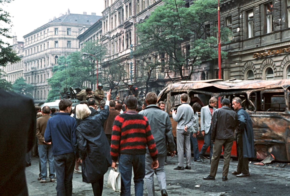 Neuvvostoliittolaisia  tankkeja Prahan kadulla 1968.