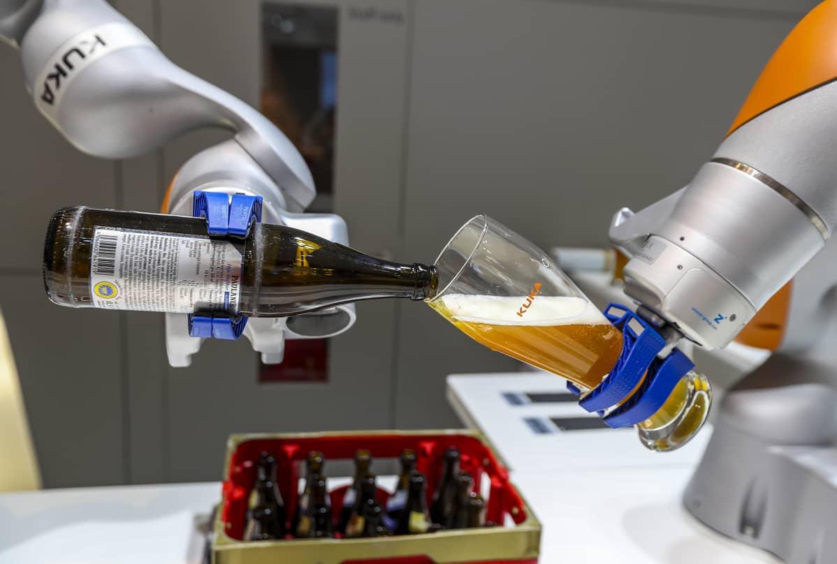 Robotti kaataa olutta lasiin.