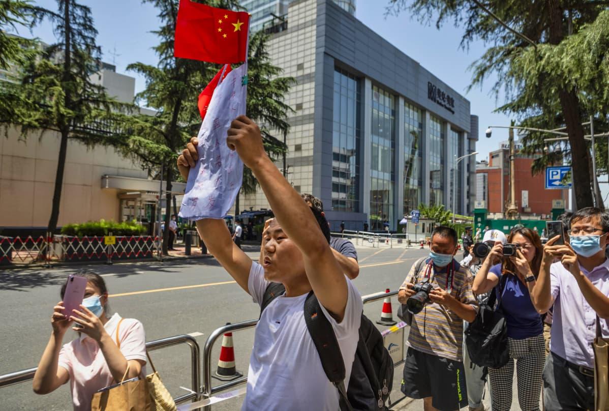 Protestoijia USA:n Chengdun-konsulaatin edustalla Kiinassa heinäkuussa 2020. Kiina määräsi heinäkuussa Yhdysvaltoja sulkemaan konsulaatin vastatoimena USA:n päätökselle sulkea Kiinan Houstonin-konsulaatti Texasissa.