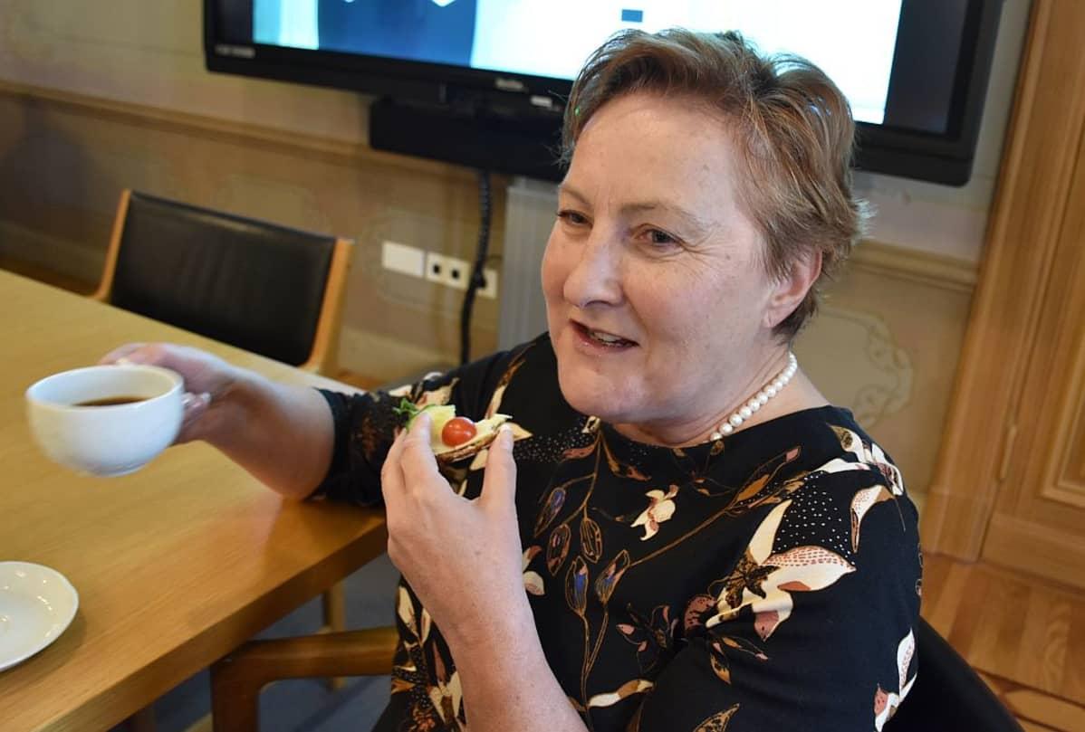 Porin kaupunginjohtaja Aino-Maija Luukkonen syö leipää ja juo kahvia Porin kaupungintalolla kaupunginhallituksen huoneessa tiedotustilaisuudessa 26.9.2019.