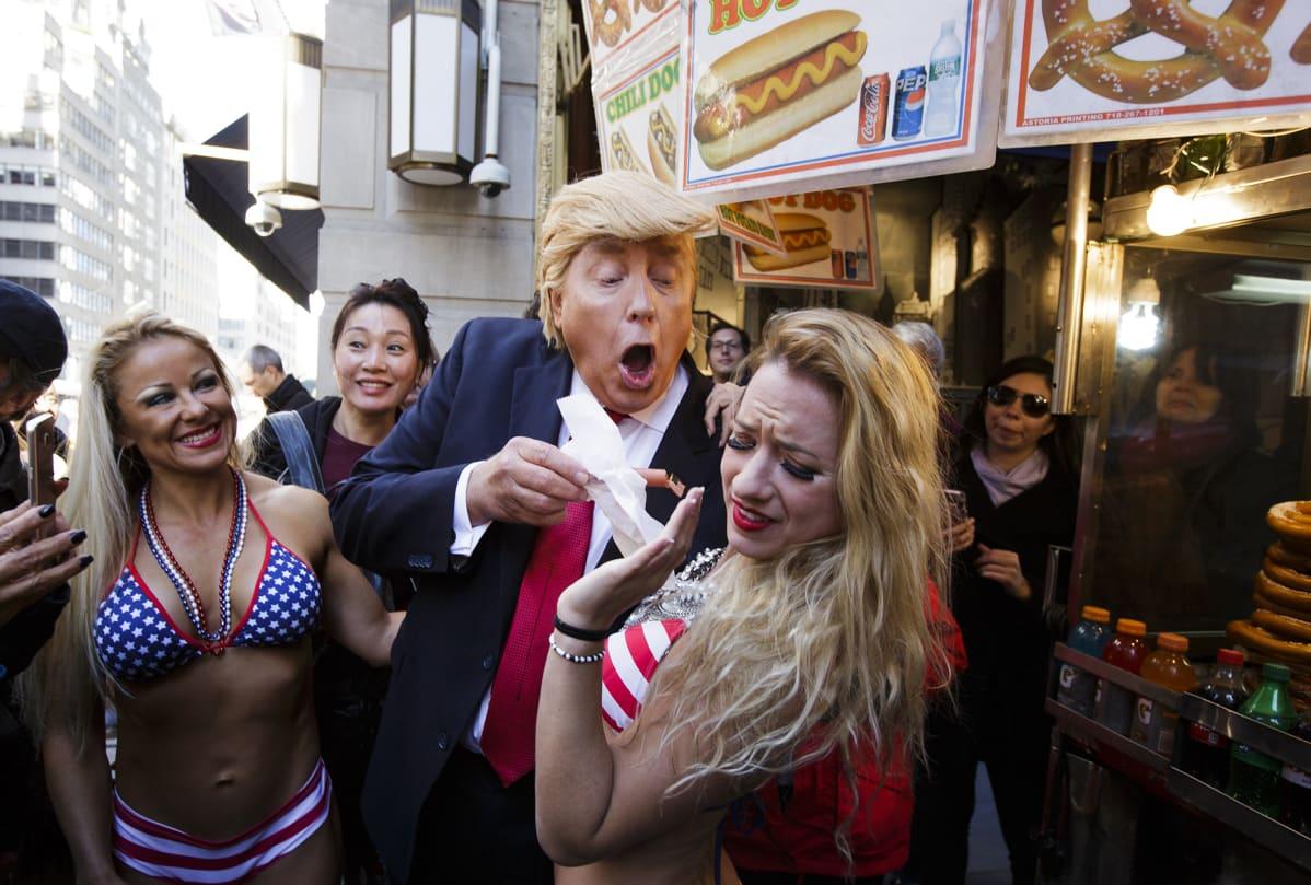 Donald Trumpin imitoija mielenosoituksessa Trump Towerin edustalla New Yorkissa lokakuussa 2016.