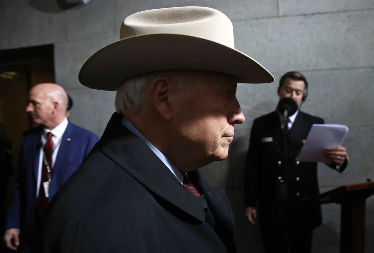 Dick Cheney vaalea stetsonhattu päässään.