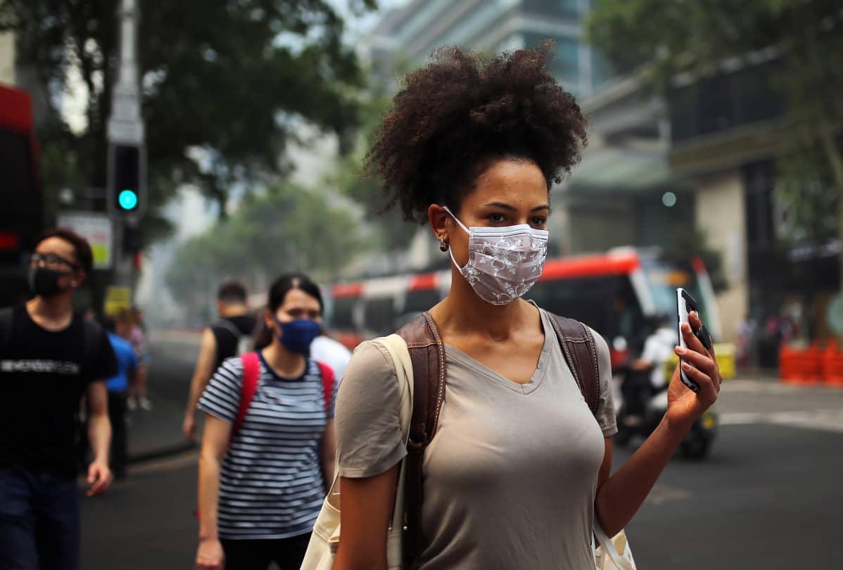 Ihmisiä kadulla hengityssuojaimissa.