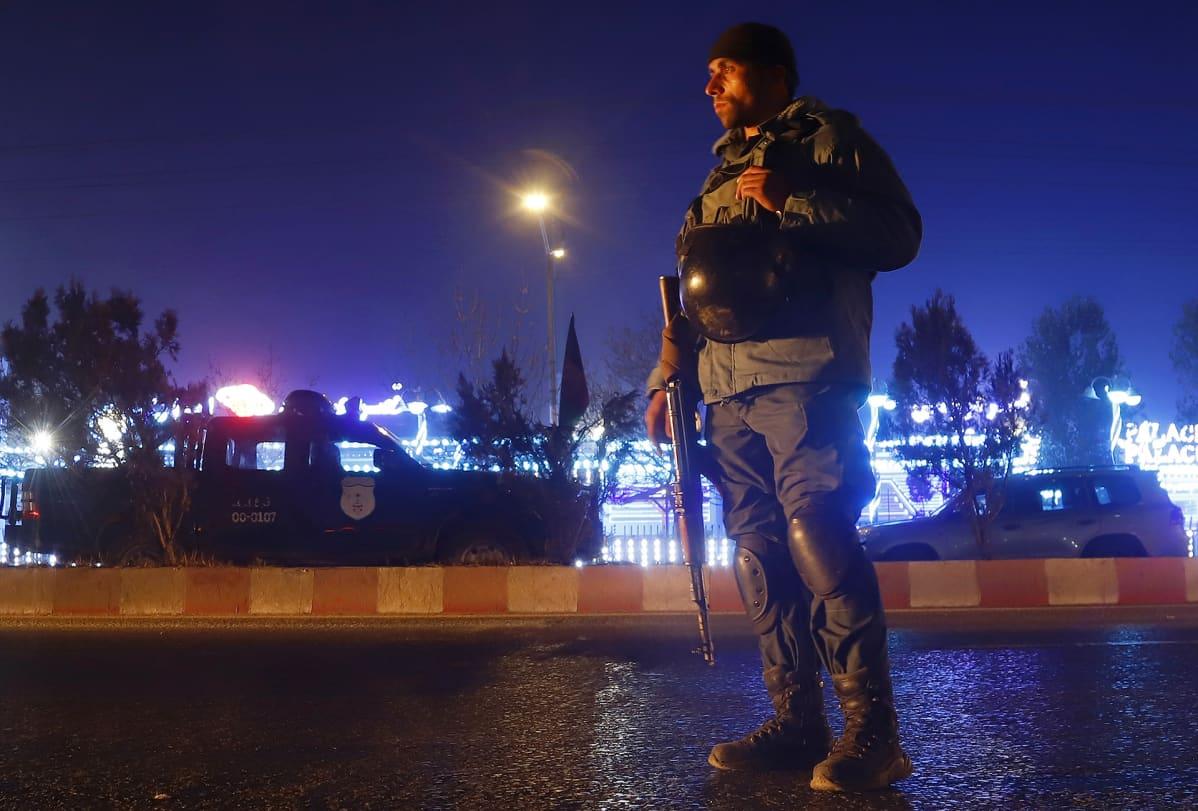Sotilaat vartioivat tapahtumapaikkaa.